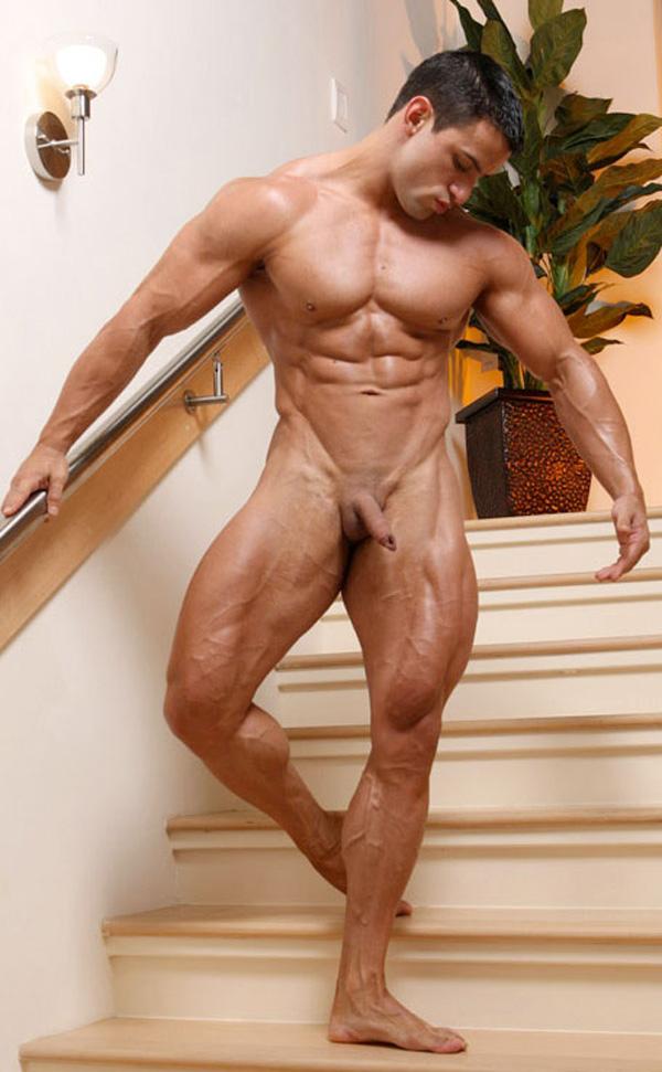 остальных случаях голые мускулистые мужики на сцене ублюдков
